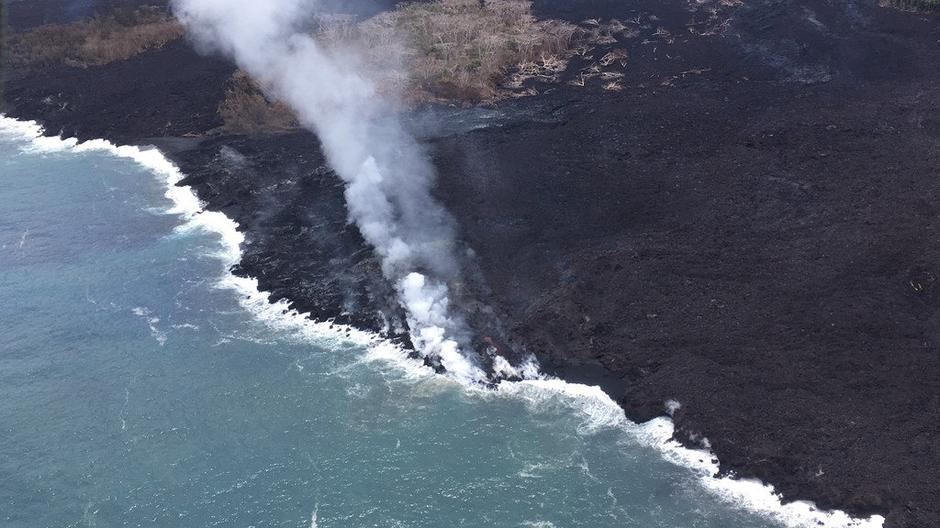 An aerial view shows a weak ocean entry after vents that supplied lava to the flow stopped erupting during ongoing eruptions of the Kilauea Volcano in Hawaii | Autor: HANDOUT