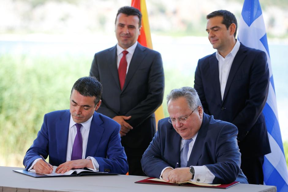 Greek Foreign Minister Kotzias and his Macedonian counterpart Dimitrov sign an accord to settle a long dispute over the former Yugoslav republic's name in the village of Psarades | Autor: ALKIS KONSTANTINIDIS