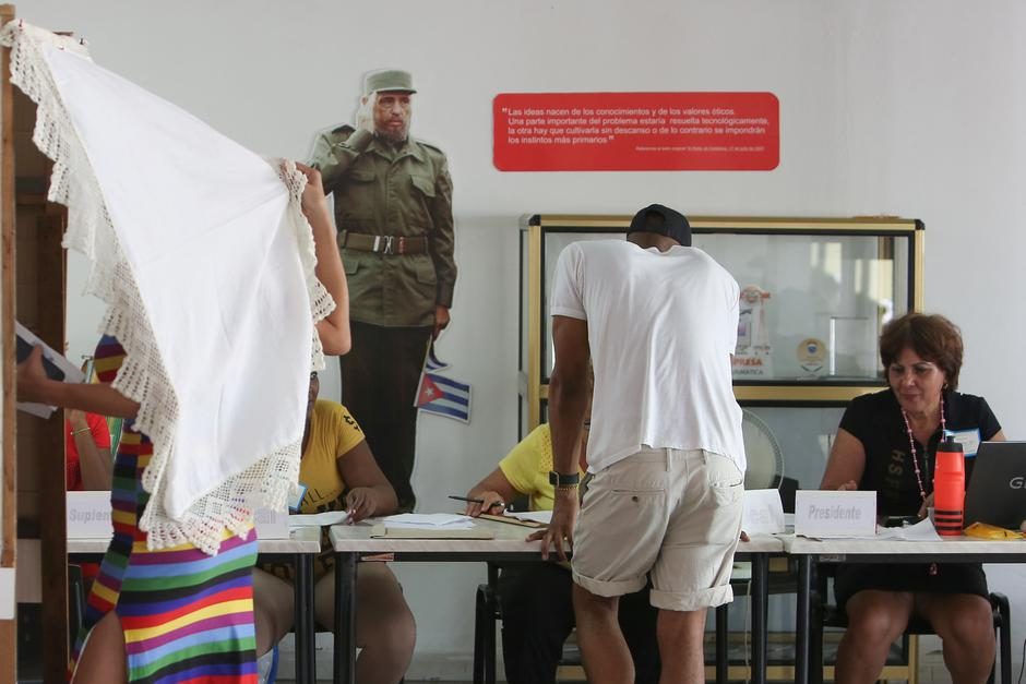 An image of late Cuban President Fidel Castro is displayed at the wall of a polling station during a constitutional referendum in Havana | Autor: STRINGER