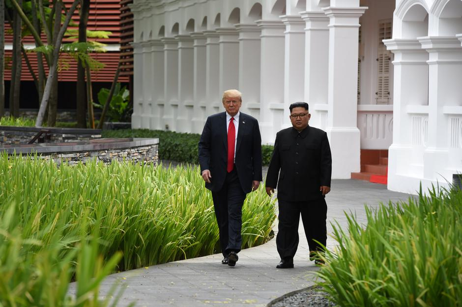 U.S. President Donald Trump and North Korean leader Kim Jong Un walk in the Capella Hotel after their working lunch, on Sentosa island in Singapore | Autor: POOL