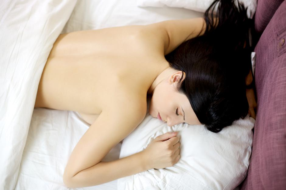 Naked girl sleeping in bed relaxing | Autor: Dreamstime