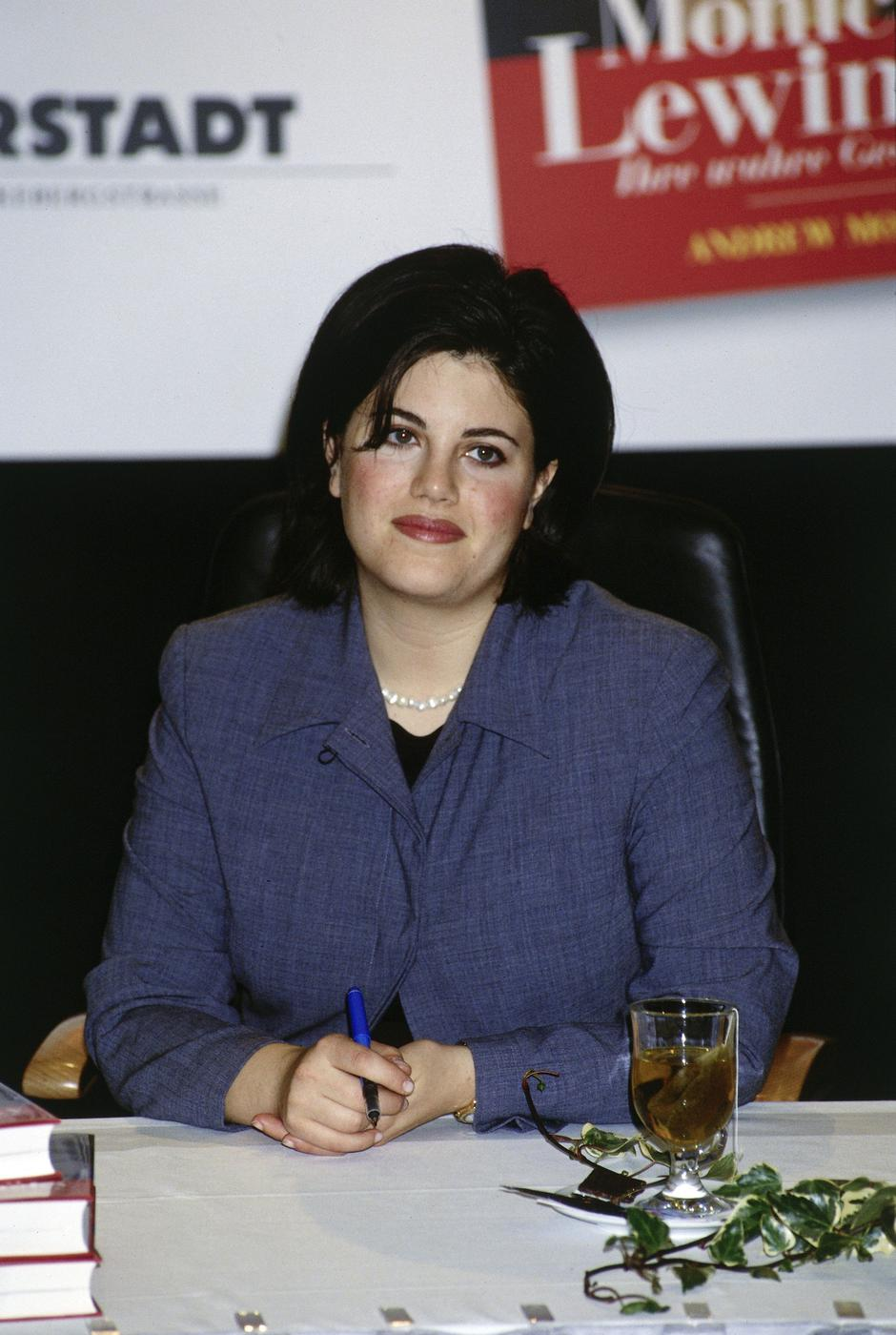 Lewinsky, Monica Samille, * 23.7.1973, US intern at the White House, half length, at autograph session during book launch, 1999, | Autor: Profimedia