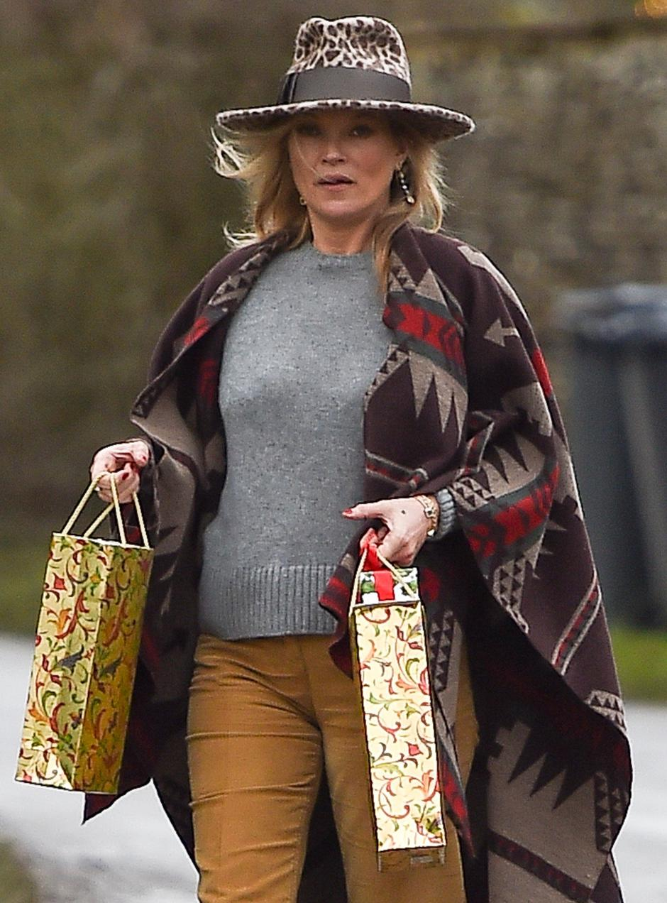 *EXCLUSIVE* Boho Kate Moss delivers festive gifts to neighbours **NO UK PAPERS AND UK PAPER ONLINE SITES** | Autor: JOWA