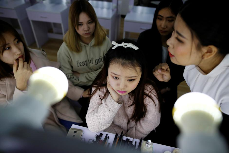 Girls attend make-up training session at live streaming talent agency Three Minute TV, in Beijing | Autor: THOMAS PETER