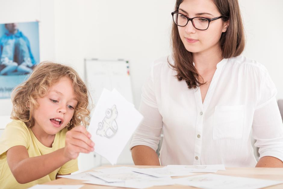 A professional child education therapist using props during a meeting with a kid with problems. | Autor: Dreamstime