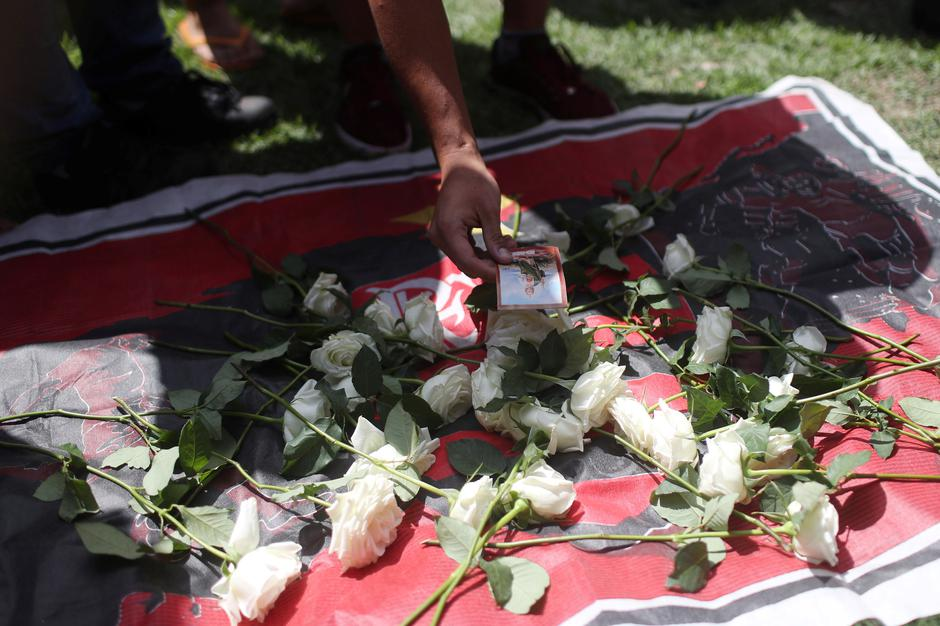 Fans of Brazilian football club Flamengo lay flowers at the club's entrance, after a deadly fire, in Rio de Janeiro | Autor: RICARDO MORAES