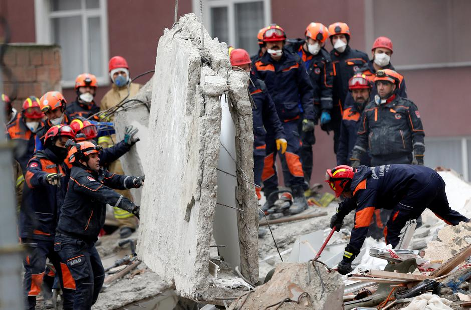 Rescue workers are seen at the site of a collapsed residential building in the Kartal district, Istanbul | Autor: KEMAL ASLAN