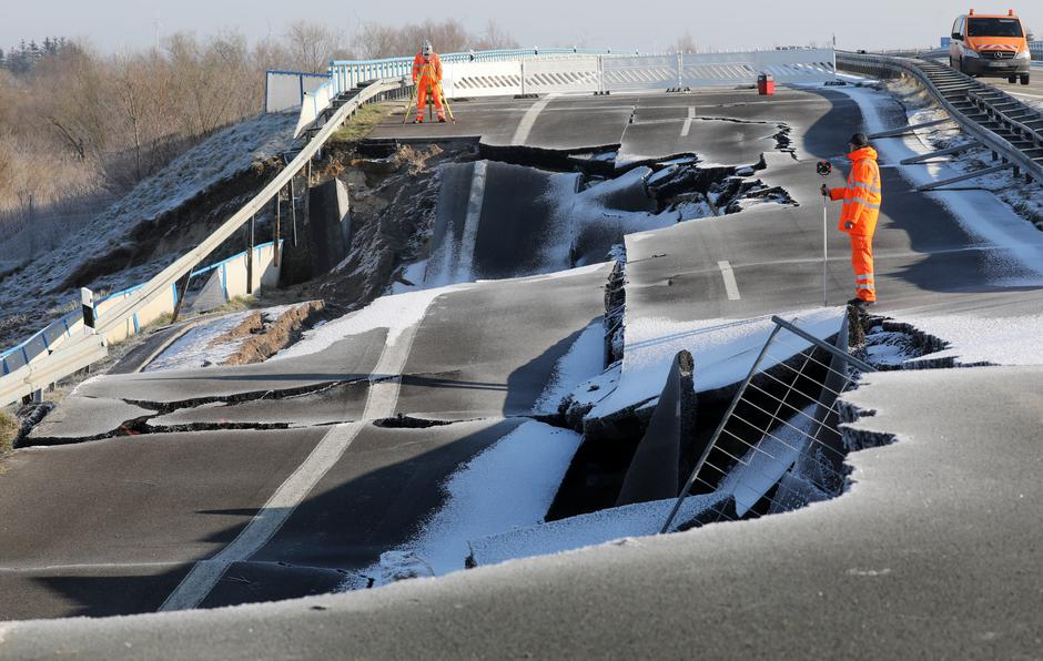 Hole at Baltic Sea freeway gets bigger and bigger | Autor: Bernd W??stneck/DPA/PIXSELL