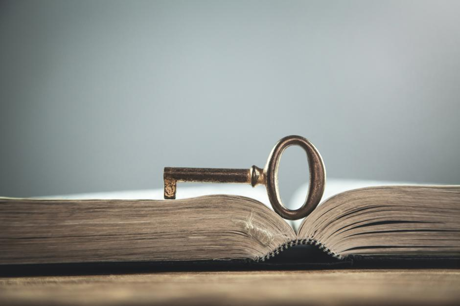 Old key on bible. Concept of wisdom and knowledge | Autor: Dreamstime