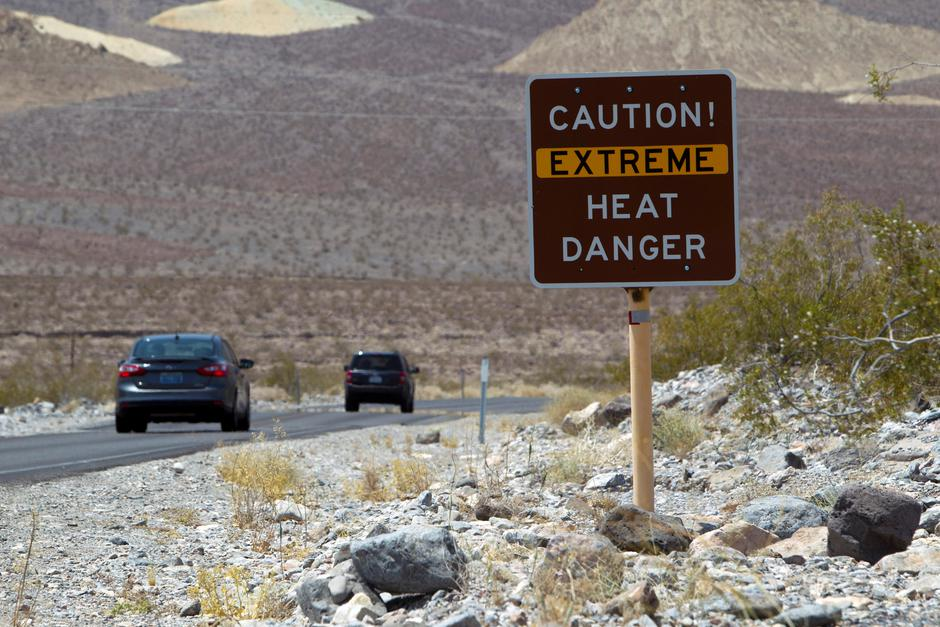 FILE PHOTO: A sign warns of extreme heat as tourists enter Death Valley National Park in California | Autor: Steve Marcus