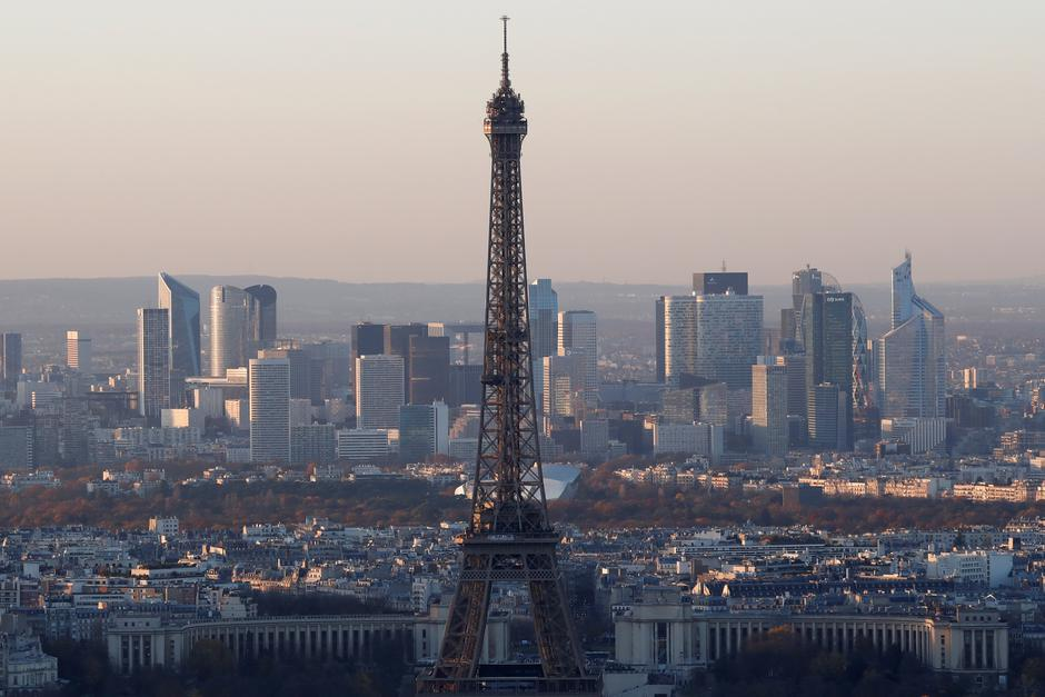 FILE PHOTO - A general view shows the Eiffel Tower and the financial and business district in La Defense, west of Paris | Autor: Gonzalo Fuentes