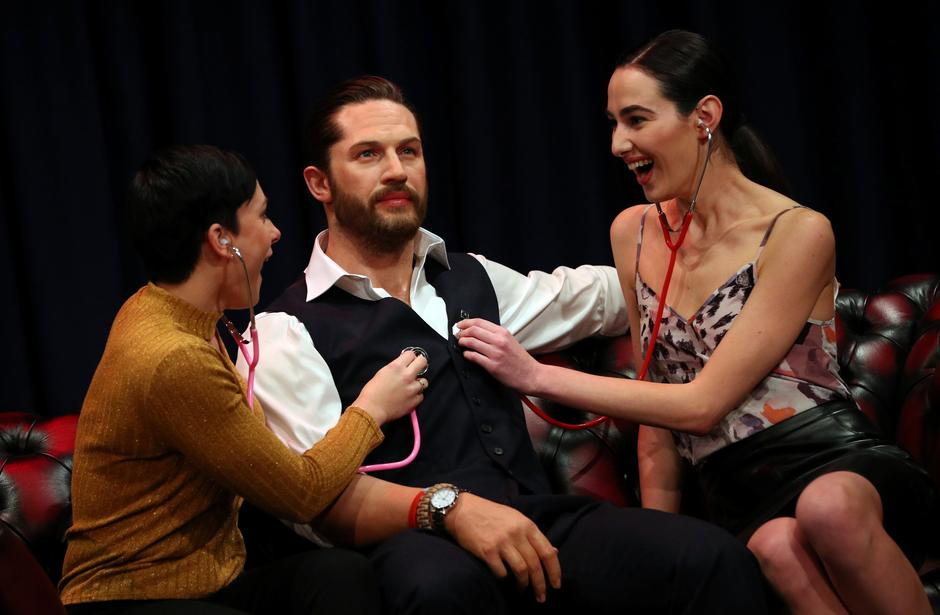 People pose next to Madame Tussauds' wax figure of British actor Tom Hardy which has a soft warm chest and a beating heart, in London | Autor: HANNAH MCKAY/REUTERS/PIXSELL/REUTERS/PIXSELL