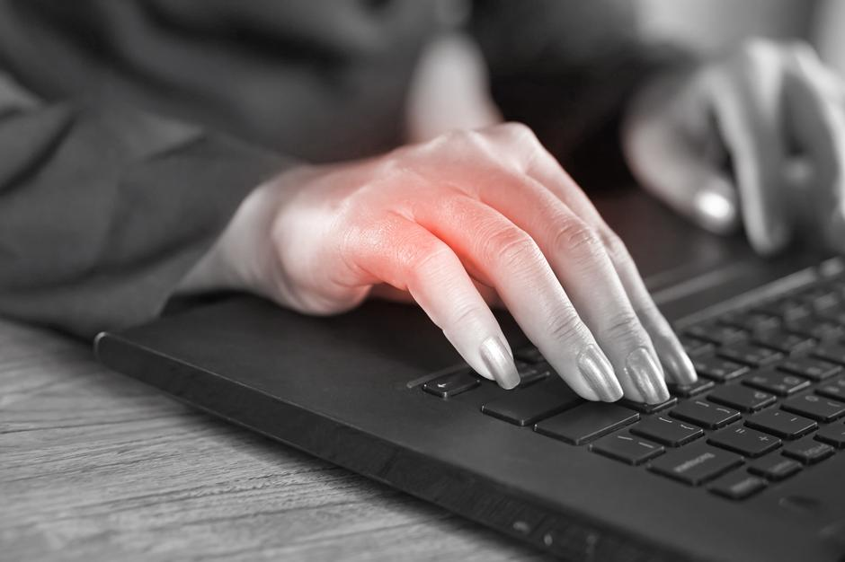 business woman hand pain caused by an excessive use of computer | Autor: Doucefleur