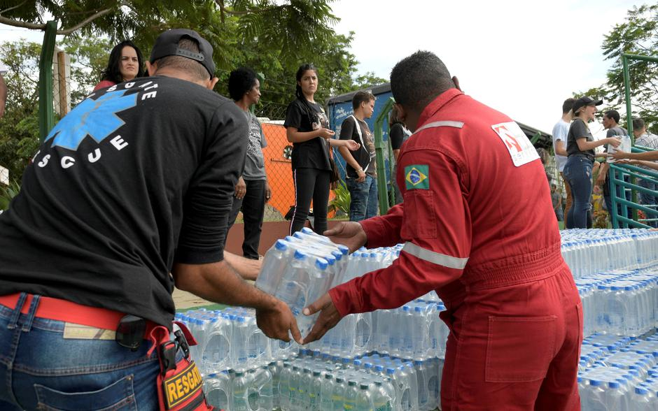 Volunteers pass bottles of water for people affected by a failed iron ore tailings dam owned by Brazilian miner Vale SA that burst, in Brumadinho | Autor: WASHINGTON ALVES/REUTERS/PIXSELL/REUTERS/PIXSELL