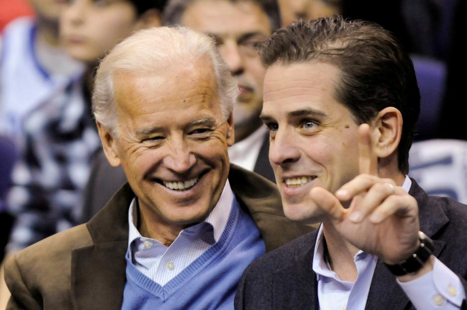 FILE PHOTO: Former U.S. Vice President Biden and his son Hunter attend an NCAA basketball game between Georgetown University and Duke University in Washington | Autor: JONATHAN ERNST/REUTERS/PIXSELL/REUTERS/PIXSELL