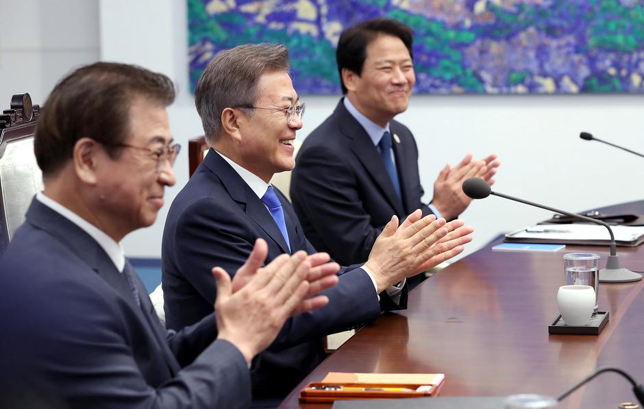 South Korean President Moon Jae-in applauds during a meeting with North Korean leader Kim Jong Un at the Peace House | Autor: HANDOUT