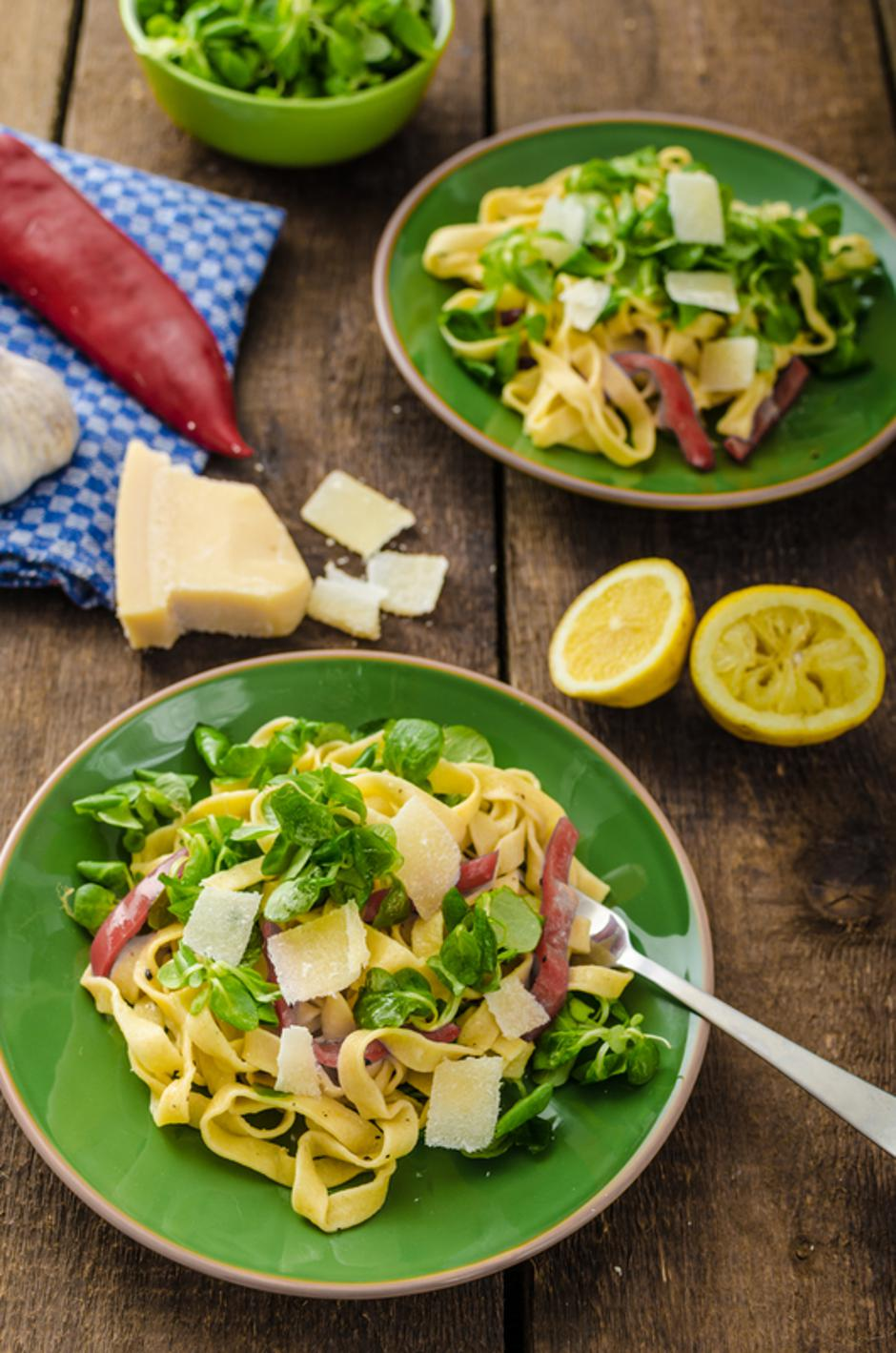 Tagliatelle with bacon, garlic and salad | Autor: Dreamstime