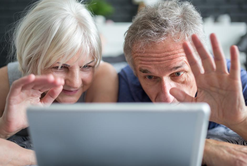 Senior marriage having video conversation on tablet | Autor: Dreamstime