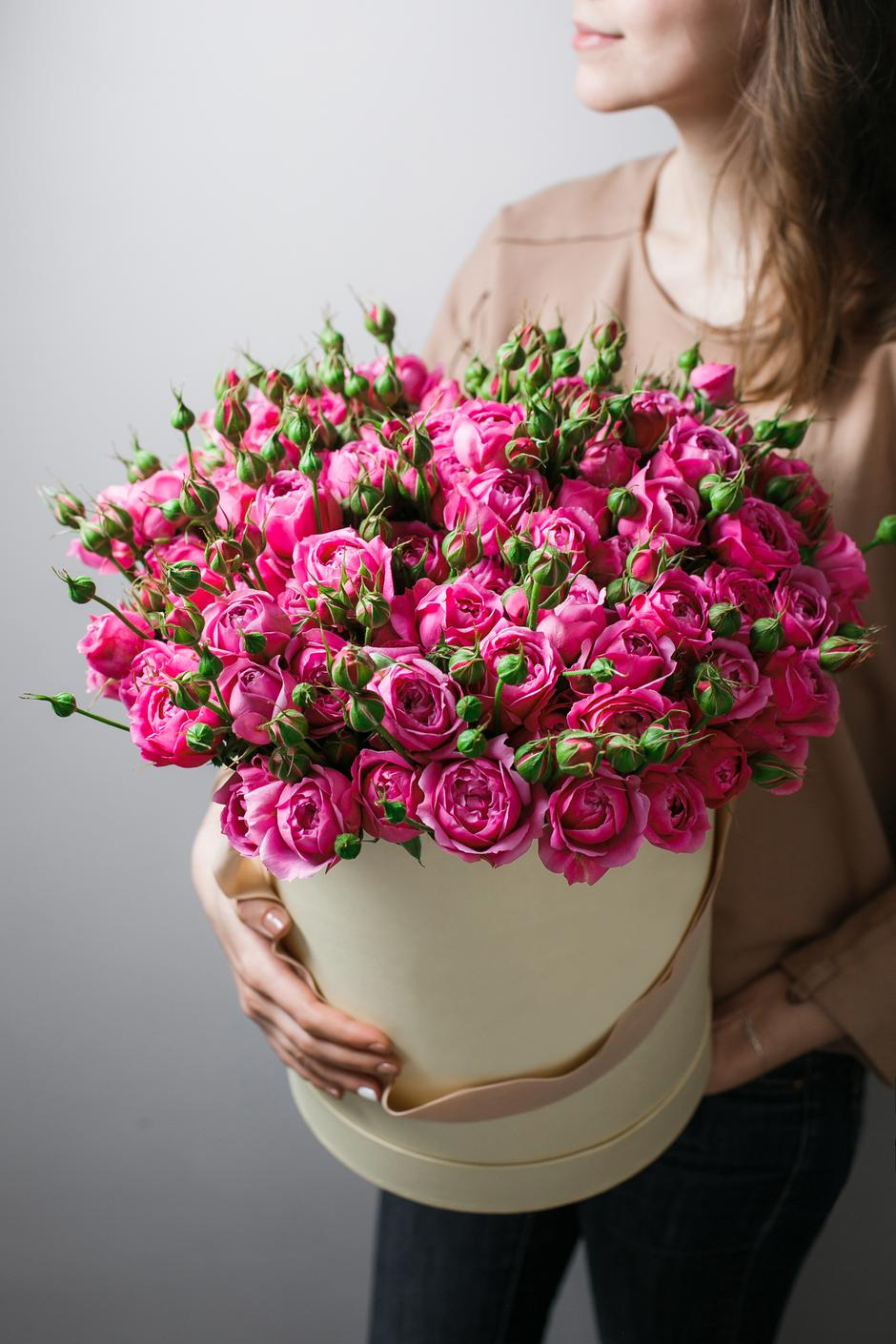 Luxury bouquets of flowers in the hat box. roses in the hands women. Pink Colour peonies | Autor: dreamstime