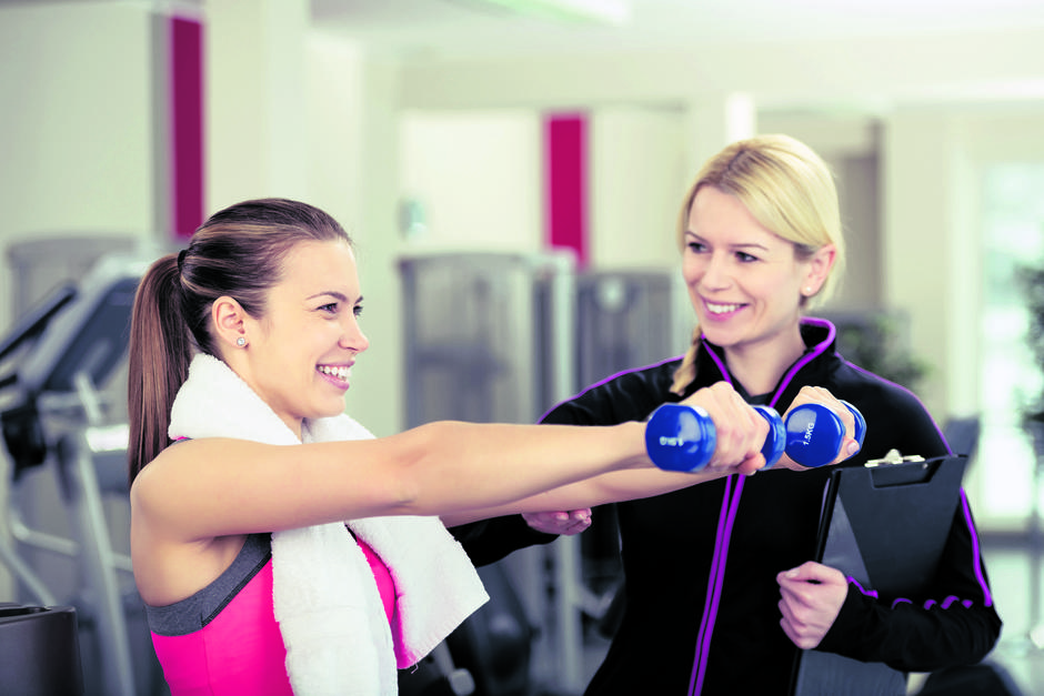 Smiling Woman Using Weights Supervised by Trainer | Autor: contrastwerkstatt