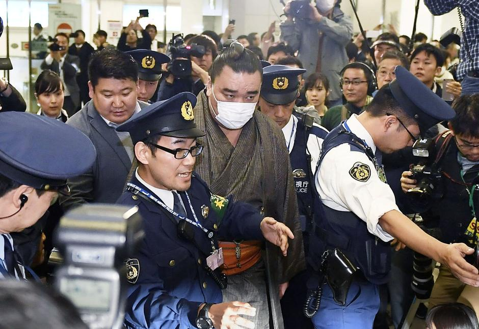 Mongolian-born grand sumo champion Yokozuna Harumafuji is escorted by police officers upon his arrival at Haneda airport in Tokyo | Autor: KYODO/REUTERS/PIXSELL/REUTERS/PIXSELL