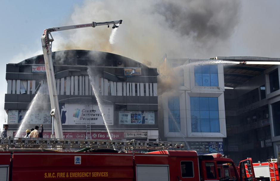Firefighters douse a fire that broke out in a four-story commercial building in Surat | Autor: STRINGER/REUTERS/PIXSELL/REUTERS/PIXSELL