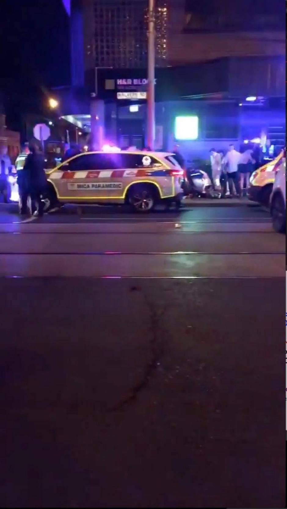 Police and rescue services are seen following a shooting incident outside a nightclub, in Prahran, Melbourne, Australia in this still frame taken from social media video | Autor: SOCIAL MEDIA/REUTERS/PIXSELL/REUTERS/PIXSELL