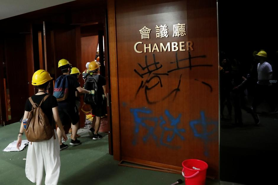 Graffiti left by anti-extradition bill protesters as they break into the Legislative Council building during the anniversary of Hong Kong's handover to China in Hong Kong | Autor: TYRONE SIU/REUTERS/PIXSELL/REUTERS/PIXSELL