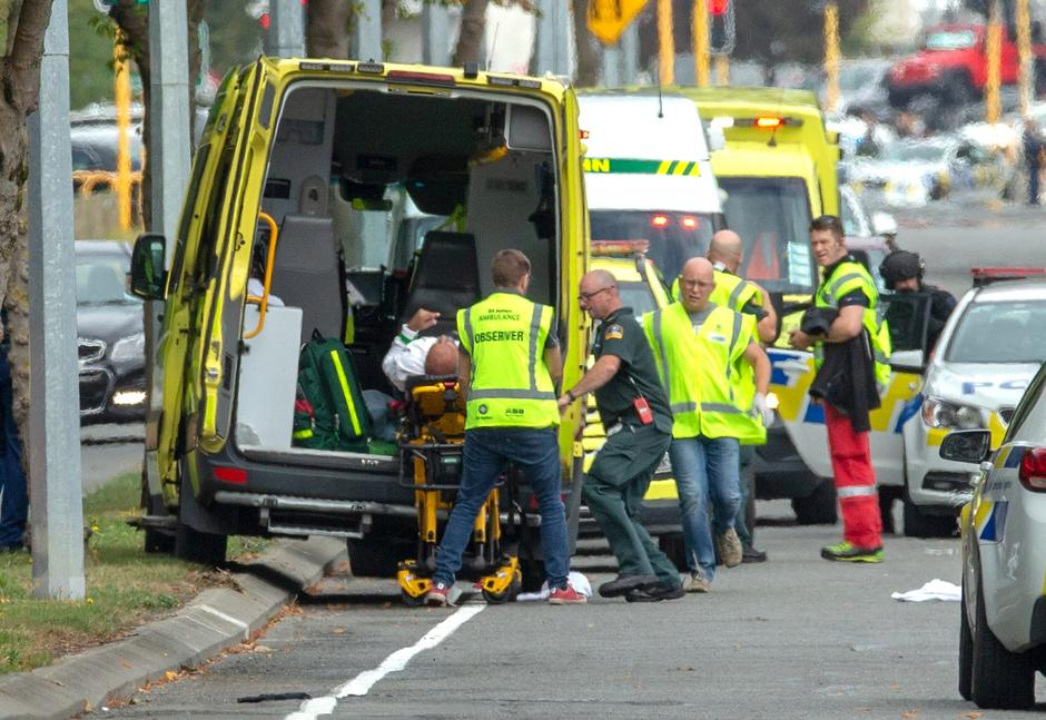 An injured person is loaded into an ambulance following a shooting at the Al Noor mosque in Christchurch | Autor: STRINGER/REUTERS/PIXSELL/REUTERS/PIXSELL