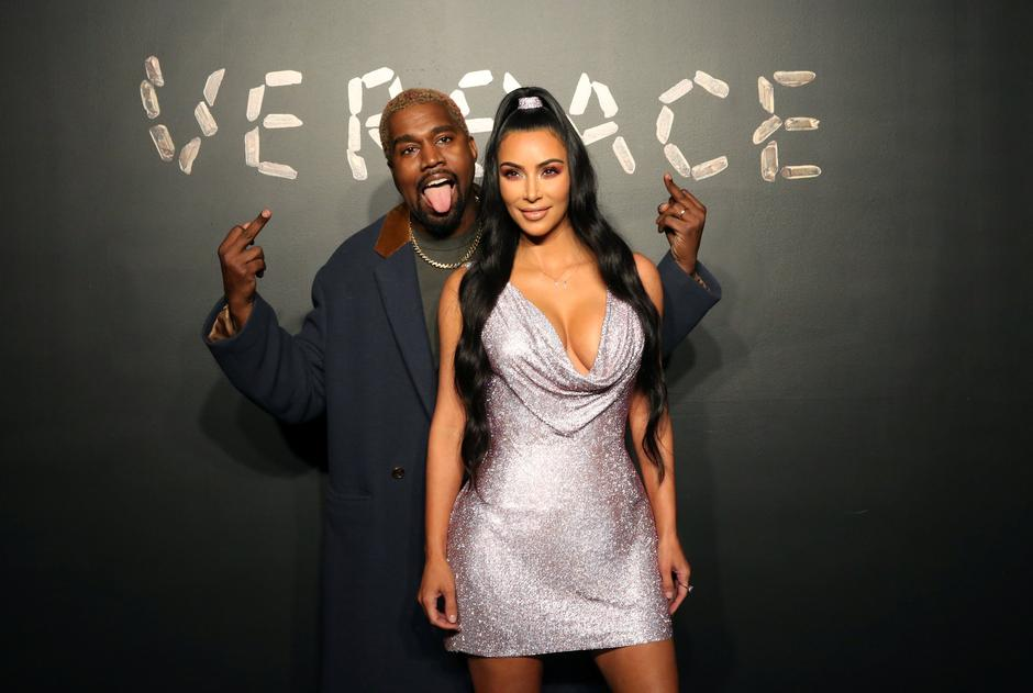 Kanye West and Kim Kardashian pose for a photo before attending the Versace presentation in New York | Autor: ALLISON JOYCE/REUTERS/PIXSELL/REUTERS/PIXSELL