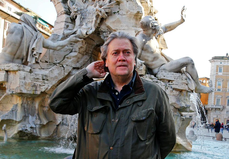FILE PHOTO: U.S. President Trump's former chief strategist Bannon poses in Piazza Navona in Rome | Autor: TONY GENTILE/REUTERS/PIXSELL/REUTERS/PIXSELL