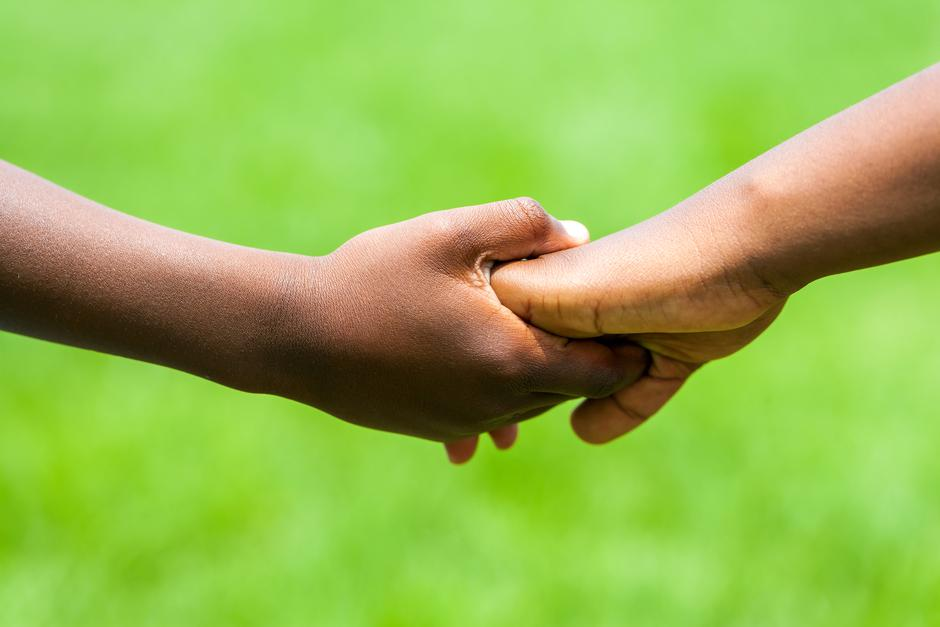 Detail of African kids holding hands. | Autor: karelnoppe
