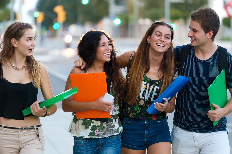 A group of friends talking in the street after class  | Autor: Lifestock