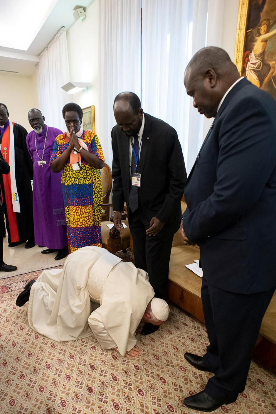 Pope Francis kneels to kiss feet of the President of South Sudan Salva Kiir at the end of a two day Spiritual retreat with South Sudan leaders at the Vatican | Autor: VATICAN MEDIA/REUTERS/PIXSELL/REUTERS/PIXSELL