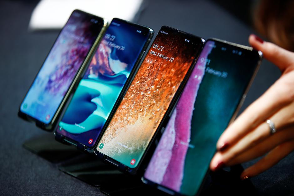 A Samsung employee arranges the new Samsung Galaxy S10e, S10, S10+ and the Samsung Galaxy S10 5G smartphones at a press event in London | Autor: HENRY NICHOLLS