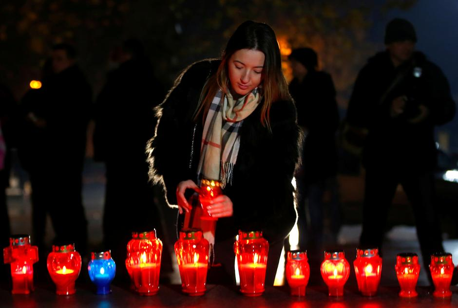 A Bosnian Croat woman lights a candle for the convicted general Slobodan Praljak, who killed himself seconds after the verdict in the U.N. war crimes tribunal in The Hague, in Mostar | Autor: DADO RUVIC