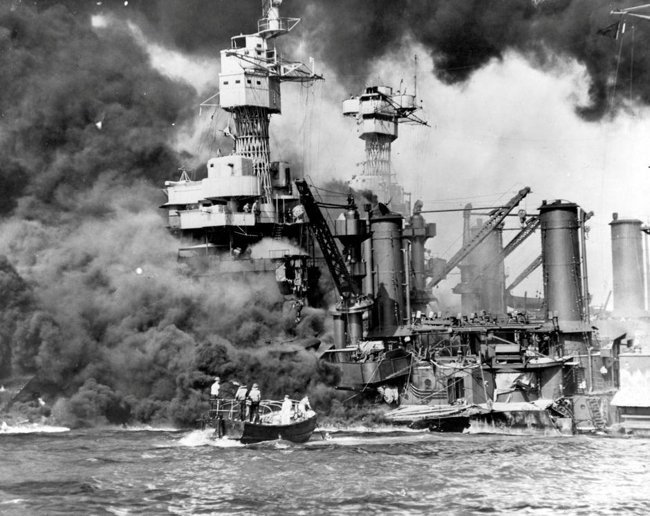 Archive photo of sailors in a motor launch rescuing a survivor from the water alongside the sunken USS West Virginia in Pearl Harbor | Autor: HANDOUT