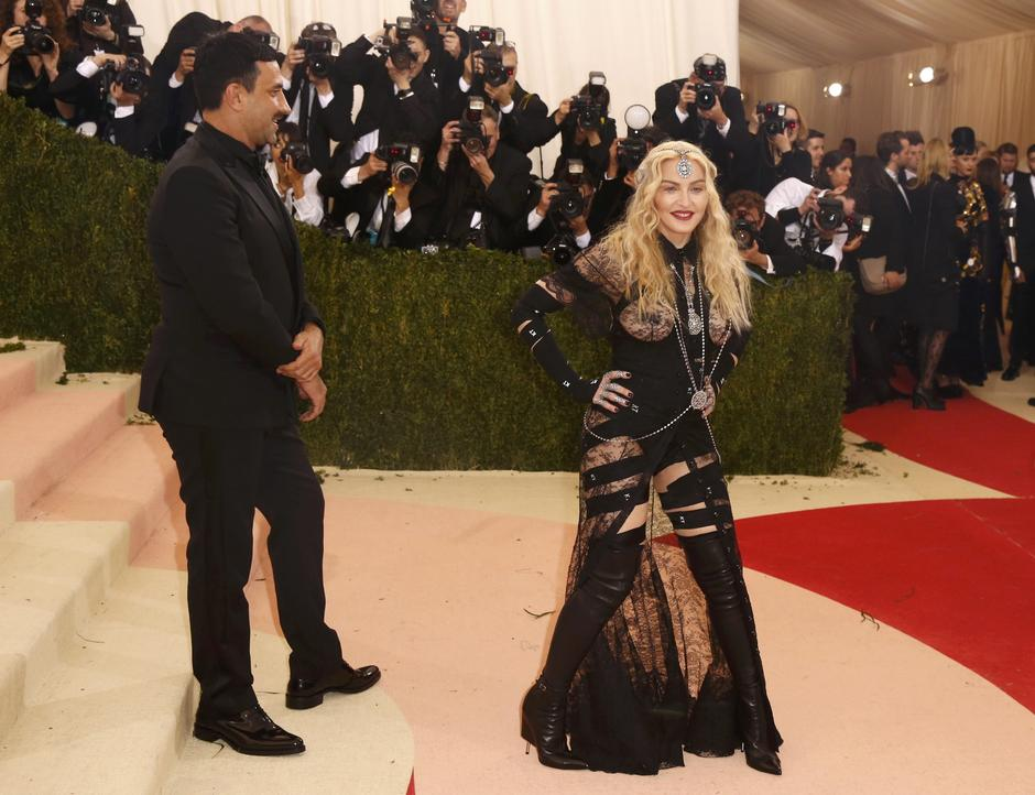 Singer Madonna arrives with designer Tisci at the Met Gala in New York | Autor: LUCAS JACKSON