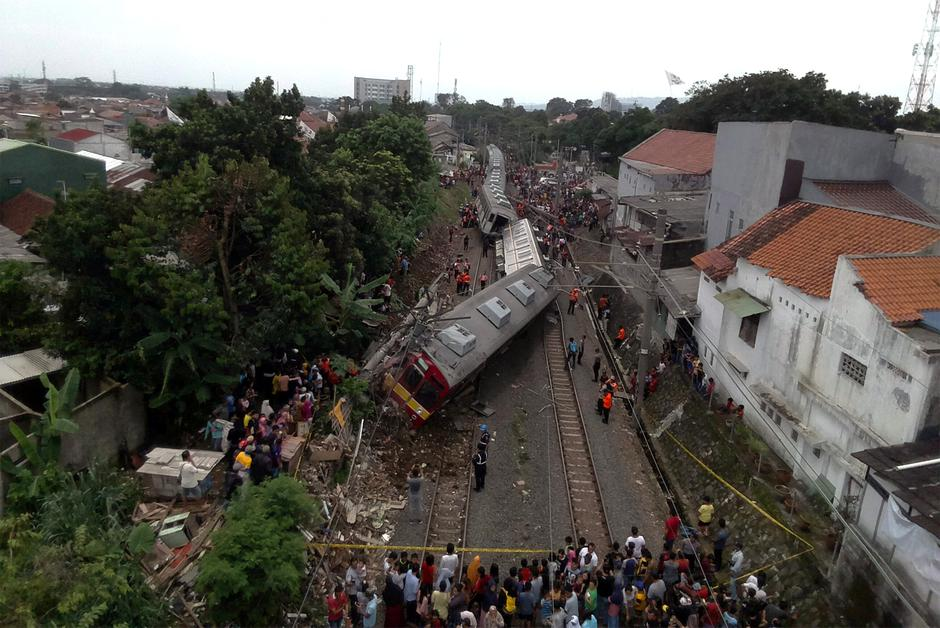An aerial picture of a derailed commuter train in Bogor, West Java province | Autor: ANTARA FOTO