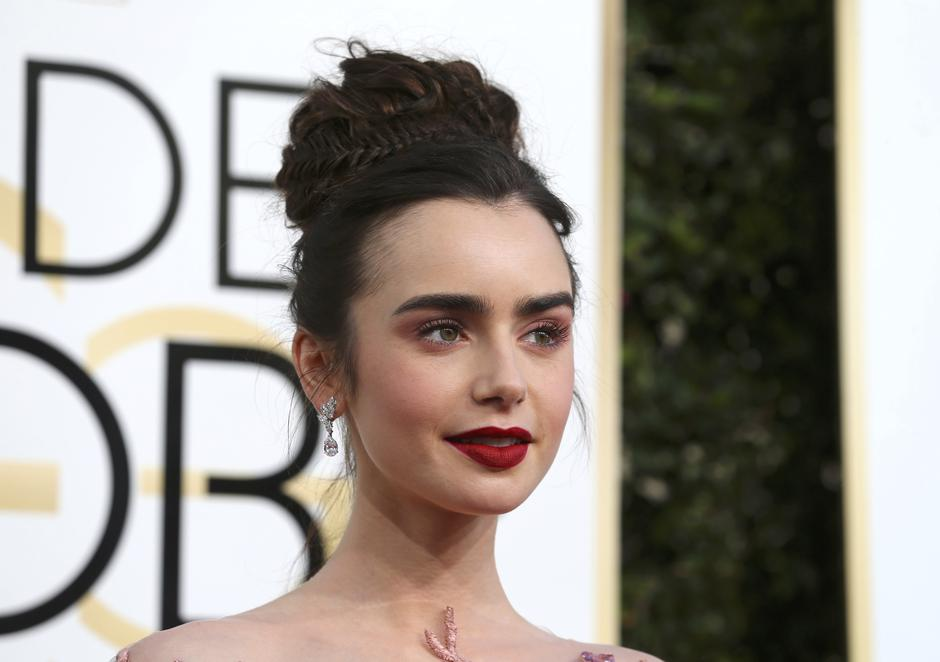 Actress Lily Collins arrives at the 74th Annual Golden Globe Awards in Beverly Hills | Autor: MIKE BLAKE