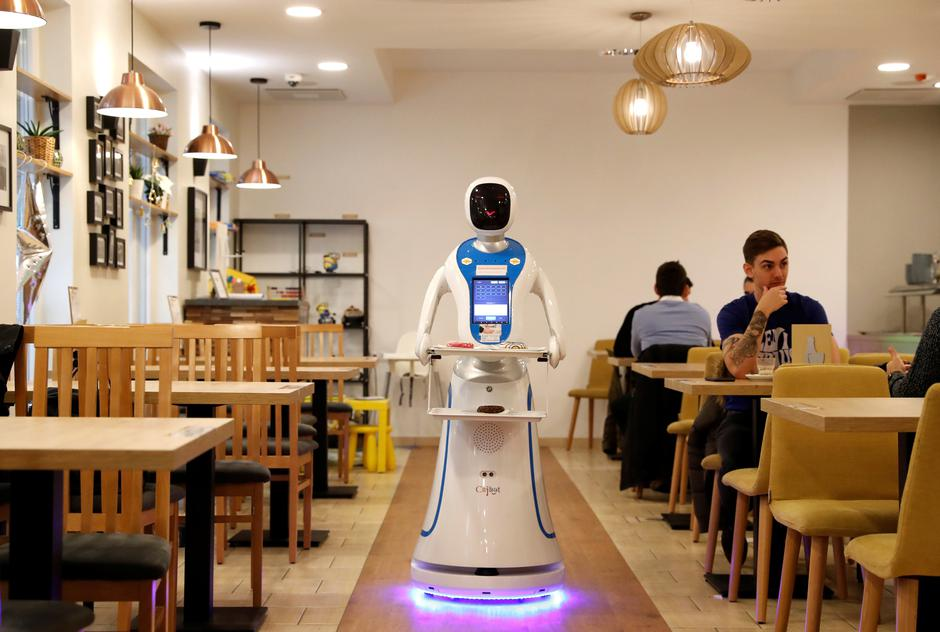 A robot waiter serves customers at a cafe in Budapest | Autor: BERNADETT SZABO/REUTERS/PIXSELL/REUTERS/PIXSELL
