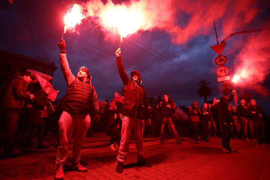 Protesters light flares and carry Polish flags during a rally, organised by far-right, nationalist groups, to mark 99th anniversary of Polish independence in Warsaw | Autor: AGENCJA GAZETA/REUTERS/PIXSELL