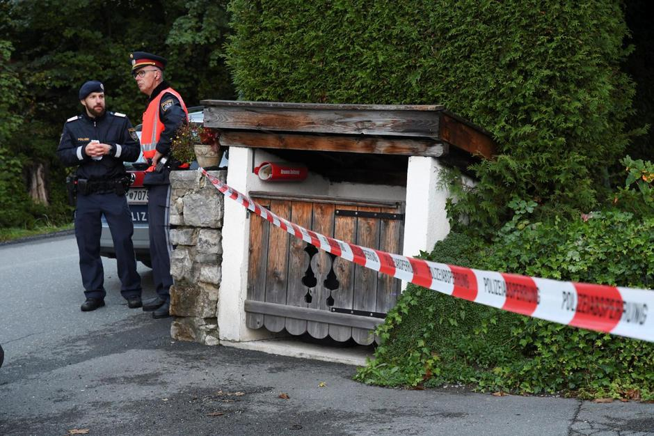Police officers stand in front of a house where, according to police, five people were found dead in Kitzbuehel | Autor: ZOOM.TIROL/REUTERS/PIXSELL/REUTERS/PIXSELL