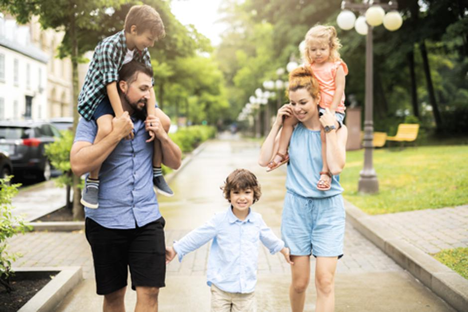 Happy familly in the park | Autor: Dreamstime