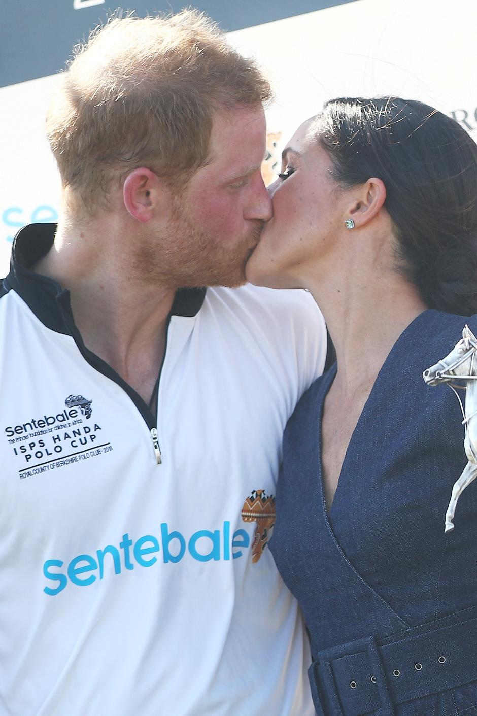 Britain's Prince Harry kisses his wife Meghan the Duchess of Sussex after a charity polo match in Windsor | Autor: HANNAH MCKAY/REUTERS/PIXSELL/REUTERS/PIXSELL