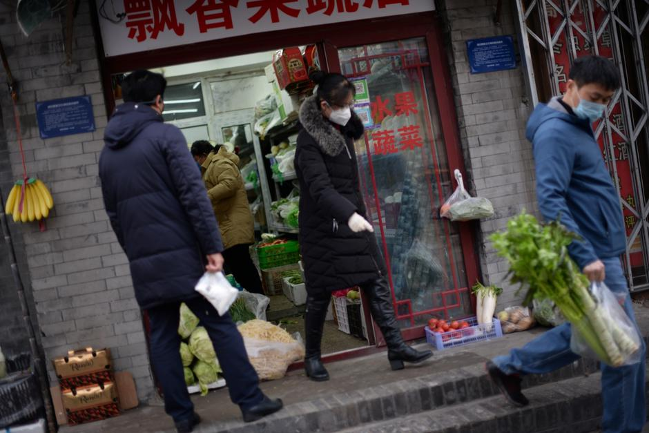 Residents buy food in a greengrocer's shop at a hutong, as the country is hit by an outbreak of the novel coronavirus, in Beijing | Autor: TINGSHU WANG/REUTERS/PIXSELL/REUTERS/PIXSELL