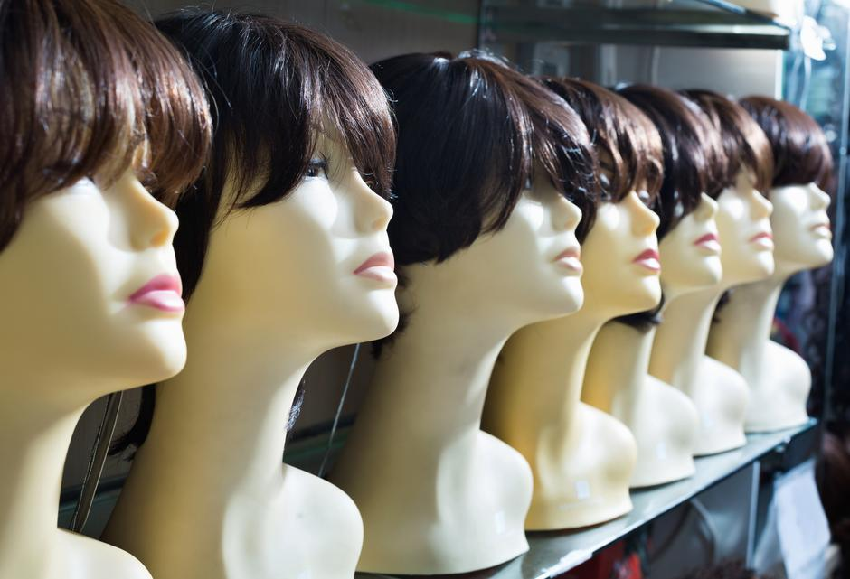 Mannequins with brown-haired and brunet style wigs on shelves | Autor: Iakov Filimonov