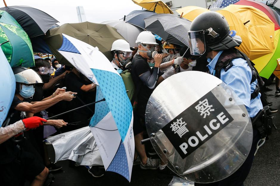 Police try to disperse protesters near a flag raising ceremony for the anniversary of Hong Kong handover to China in Hong Kong | Autor: Thomas Peter/REUTERS/PIXSELL/REUTERS/PIXSELL
