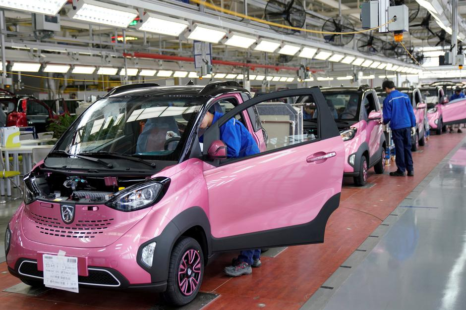 FILE PHOTO: Workers inspect Baojun E100 all-electric battery cars at a final assembly plant operated by General Motors Co and its local joint-venture partners in Liuzhou | Autor: Aly Song