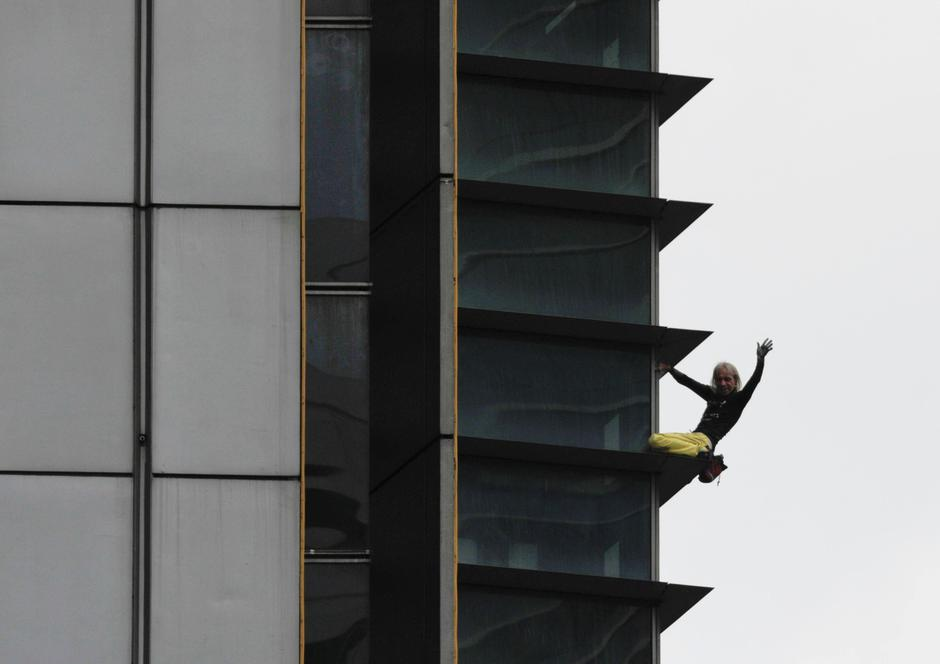 French climber Robert waves as he climbs down the 47-storey GT International Tower in Makati City | Autor: ELOISA LOPEZ/REUTERS/PIXSELL/REUTERS/PIXSELL